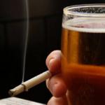 ¿Sabías que dejar de fumar reduce el consumo de alcohol?