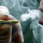La mitad de la población afirma que se encuentra a personas fumando porros con frecuencia